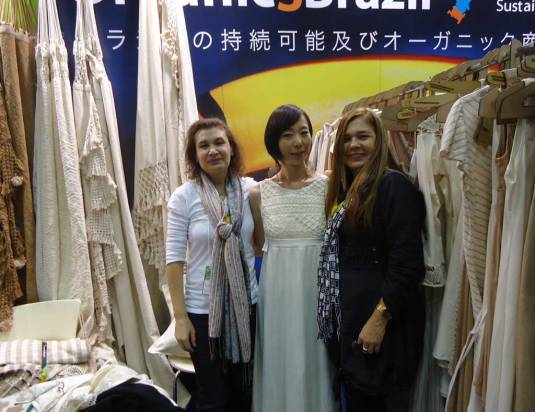 A empresária Francisca Vieira, estilista e líder do grupo Natural Cotton Color no estande da Biofach Japão em 2013,