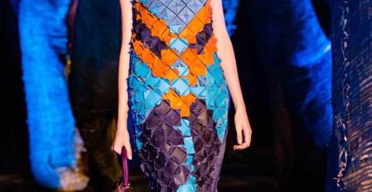 O vestido inspirado de Ronaldo Fraga foi escolhido para exposicão em Londres.