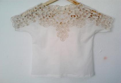 A blusa bordada no Nordeste em Richelie para a marca infantil Fábula.